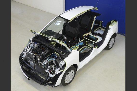 Un plan de coupe vue de haut de la Peugeot-Citroën hybride air comprimé-essence.