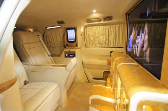 Vus blind bling bling aux normes de l 39 otan denis arcand for Interieur de voiture de luxe