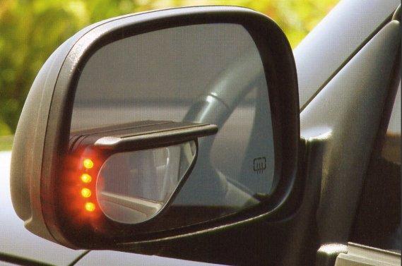 Contrairement à certaines solutions déjà en vente sur le marché (notre photo), des chercheurs ont mis au point un miroir uniforme mais avec une lentille qui a deux ou trois courbures différentes, selon la direction du regard.