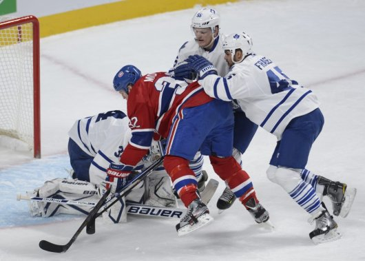 Travis Moen face à James Reimer, Mark Fraser et Korbinian Hotzer. (Photo Bernard Brault, La Presse)