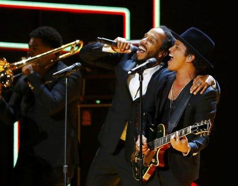 Ziggy Marley et Bruno Mars rendent un hommage à Bob Marley. (Photo Reuters)