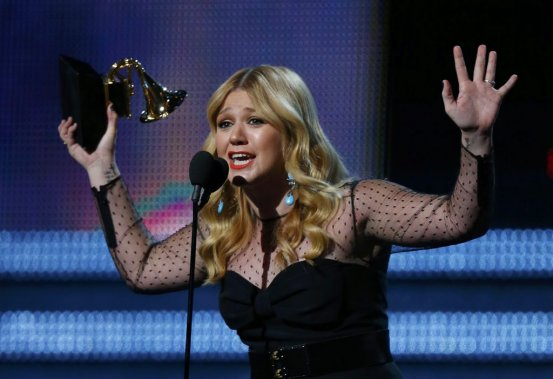 Kelly Clarkson reçoit son trophée (Photo Reuters)