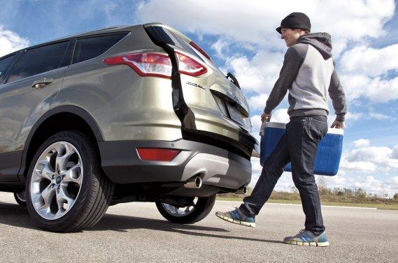 Le système d'ouverture automatique du hayon par le pied de Ford fait partie des technologies en lice pour le prix de Technologie de l'année de l'AJAC.