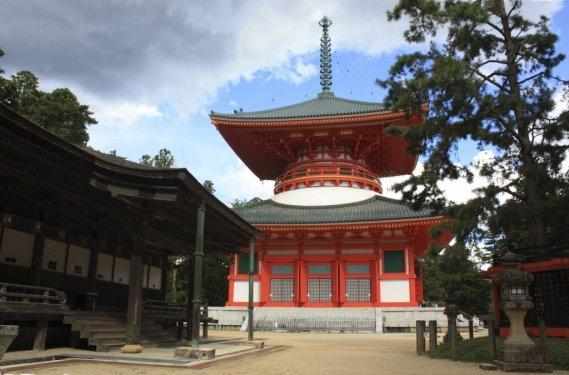 Le site de Kondo, très clinquant avec sa massive pagode de 50 m de haut. (Photo Sylvain Sarrazin, La Presse)