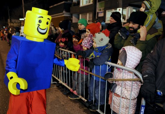 Le deuxième défilé de nuit du Carnaval, celui de la Haute-Ville, a eu lieu le samedi 16 février. (Le Soleil, Erick Labbé)