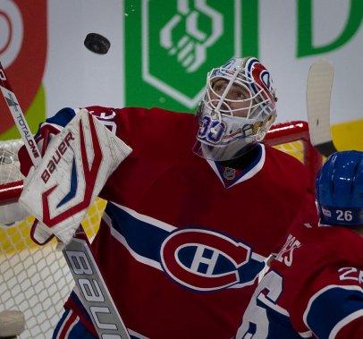 Budaj arrête la rondelle et la regarde planer au-dessus de son but. (Photo André Pichette, La Presse)