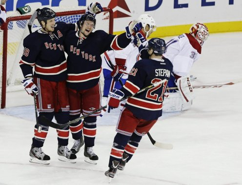 Anton Stralman (au centre) célèbre son but avec Marc Staal (18) et Derek Stepan (21). (PHOTO FRANK FRANKLIN II, AP)