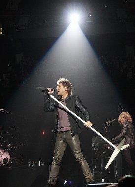 La troupe de Jon Bon Jovi s'est amenée à Ottawa avec la tournée «Because We Can» et un programme musical de plus de 25 titres. Un heureux mélange de vieux succès, d'incontournables, et de nouveaux morceaux tirés du nouvel album, «What About Now». (Étienne Ranger, LeDroit)