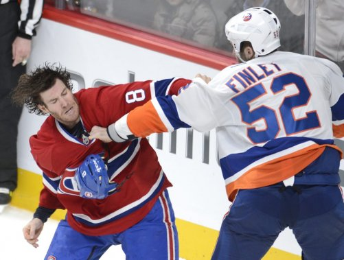 Brandon Prust livre un combat à Joe Finley. (PHOTO BERNARD BRAULT, LA PRESSE)