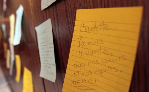 Les convives étaient invités à écrire un mot à Claudette Boyer, décédée le week-end dernier. (Étienne Ranger, LeDroit)
