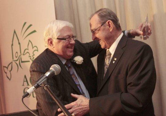 Bernard Grandmaître remet les grands honneurs à Claude Gingras. (Étienne Ranger, LeDroit)