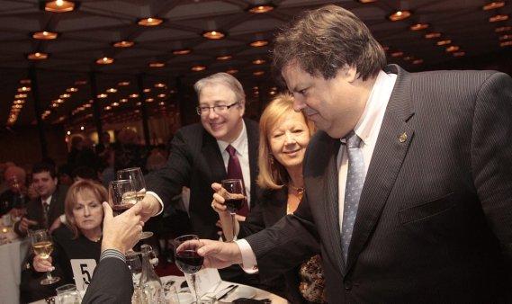 Madeleine Meilleur, François Boileau, le commissaire aux services en français, et Mauril Bélanger, lèvent leur verre en mémoire de Claudette Boyer durant la cérémonie. (Étienne Ranger, LeDroit)