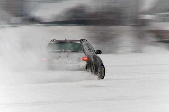 L'École de contrôle automobile hivernal Claude Bourbonnais permet notamment d'expérimenter le contrôle de dérapage à haute vitesse.