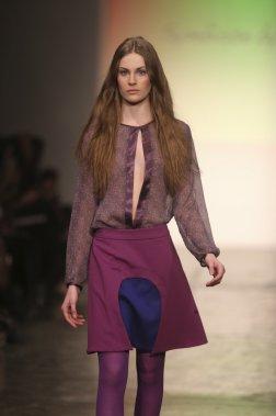 Jupe mi-cuisse et détails hyper féminins - Symbiose by hinda A. (PHOTO MARTIN CHAMBERLAND, LA PRESSE)