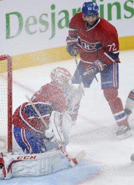 Carey Price reçoit de la neige au visage lorsqu'un joueur des Rangers freine brusquement devant lui. (PHOTO BERNARD BRAULT, LA PRESSE)