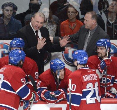 Michel Therrien (à gauche) et Gerard Gallant (à droite) donnent des instructions lors d'un arrêt de jeu. (Bernard Brault)