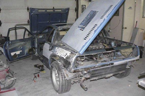 Vous avez déjà vu la blanche. Voilà maintenant la Lancia Scorpion 1977 bleue en pleine reconstruction.