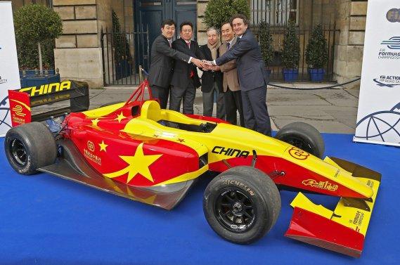 La monoplace électrique de China Racing, exposée devant les dirigeants de l'écurie chinoise Steven Lu et Yu Liu,        le président de la FIA Jean Todt, le premier sécrétaire de l'ambassade chinoise en France Liang        JianSheng, et le président de Formula E Holdings, Alejandro Agag (dans l'ordre habituel).