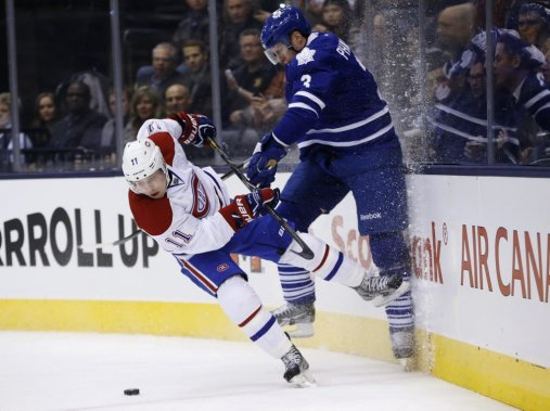 Dion Phaneuf entre en collision avec Brendan Gallagher. (Reuters)