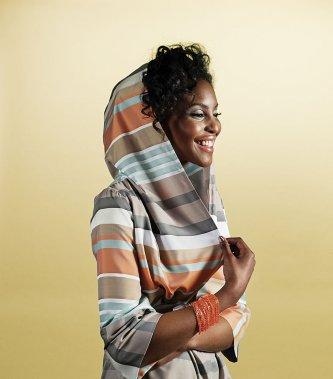 RAYURES. Veste à capuche avec rayures multiples de Mélissa Nepton, 225$. Bracelet en maille, chez Boa International, 80$. (PHOTO ALAIN ROBERGE, LA PRESSE)