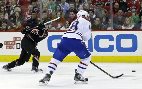 Drayson Bowman marque devant un Yannick Weber impuissant. (Photo Gerry Broome, Associated Press)