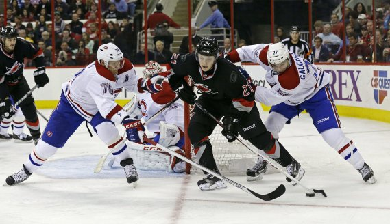 Drayson Bowman devant P.K. Subban et Alex Galchenyuk. (Photo Gerry Broome, Associated Press)