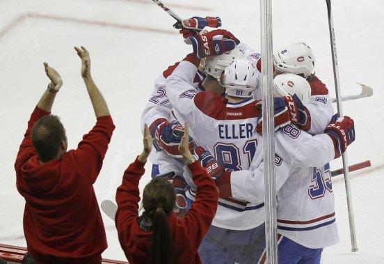 Lars Eller célèbre avec ses coéquipiers. (Photo Ellen Ozier, Reuters)