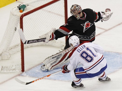 Lars Eller déjoue Justin Peters. (Photo Ellen Ozier, Reuters)