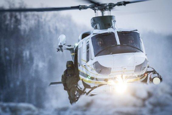 L'hélicoptère de la SQ survole le chalet où les deux hommes avaient trouvé refuge, ce dimanche après-midi, après leur évasion du centre de détention de Saint-Jérôme. (Photo Olivier Pontbriand, La Presse)