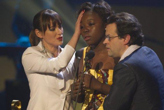 Rachel Mwanza, soutenue par les deux présentateurs, a gagné le Jutra de la meilleure actrice pour son rôle dans Rebelle. (PHOTO OLIVIER JEAN, LA PRESSE)