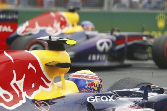 Mark Webber partait deuxième derrière son coéquipier Sebastian Vettel mais, vraisemblablement distrait par un problème de logiciel, il a perdu cinq places avant le premier virage du GP d'Australie, dimanche.