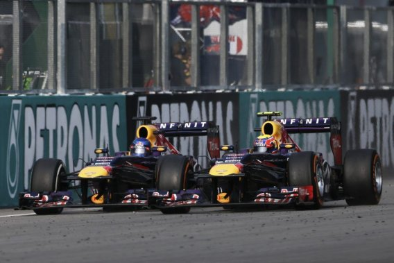 Sebastian Vettel (à gauche) a fait fi des consignes d'équipe et a doublé son coéquipier Mark Webber, plus lent mais devant lui à 10 tours de la fin du GP de Malaisie.