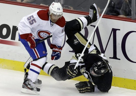 Francis Bouillon (55) s'assure de neutraliser Matt Cooke (24). (PHOTO GENE J. PUSKAR, AP)