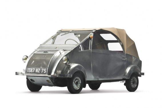 Voisin Biscooter C311957 (80 500$), création de l'excentrique Gabriel Voisin, avionneur, qui appliquait à l'automobile les principes de la construction aéronautique sans se soucier des tendances esthétiques de l'époque. (Photo fournie par RM Auctions)