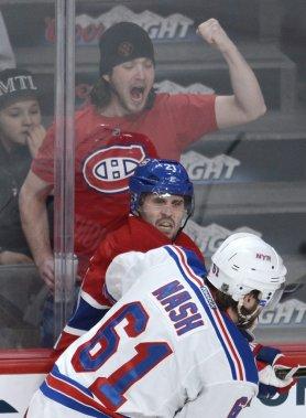 Un partisan du Canadien encourage Brian Gionta (21) à se défendre face à Rick Nash (61). (PHOTO BERNARD BRAULT, LA PRESSE)