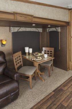 Caravane à sellette Shasta Phoenix. Dinette. (Photo fournie par le constructeur)