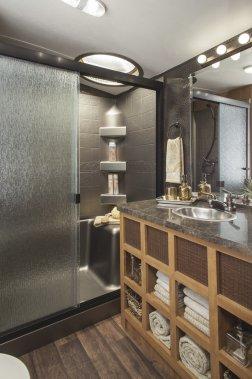 Caravane à sellette Shasta Phoenix. Salle de bain. (Photo fournie par le constructeur)
