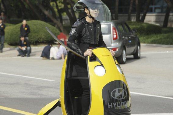 Le petit monoplace conçu par le Studio de design avancé de Hyundai n'a pas de pneu. La partie en contact avec le sol est une sphère qui tourne seulement dans le sens antihoraire. Quand le véhicule est parfaitement à la verticale, il n'avance pas même si le moteur tourne.