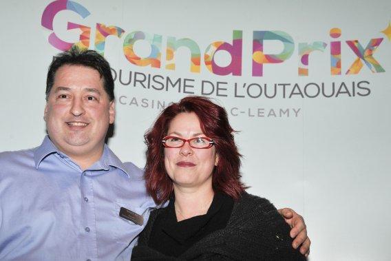 Jean-Claude et Josée Chartrand, propriétaires du restaurant  L'Orée du Bois ont remporté le prix dans la catégorie Restauration. (Martin Roy, LeDroit)