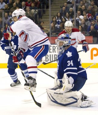 Brain Gionta saute devant James Reimer. (Photo Fred Thornhill, Reuters)