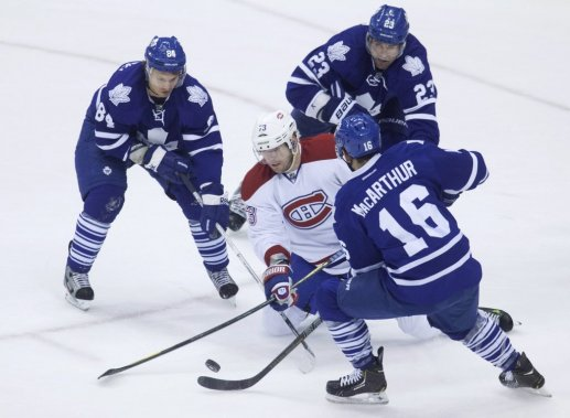 Michael Ryder au milieu de 3 joueurs des Leafs. (Photo Jesse Johnston, La Presse Canadienne)