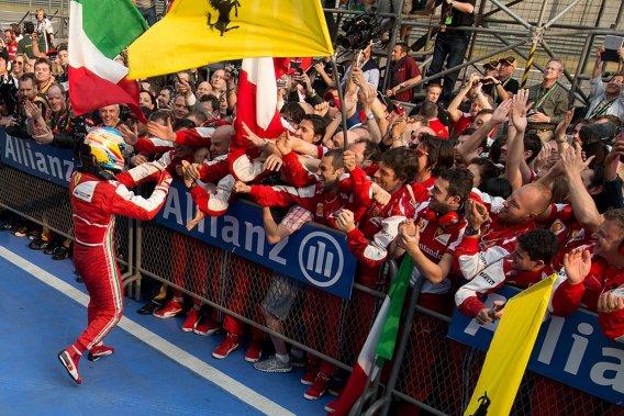 Fernando Alonso célèbre sa victoire avec son équipe.