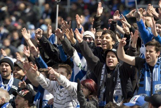 Les spectateurs étaient au rendez-vous, malgré le report du match. (PHOTO ROBERT SKINNER, LA PRESSE)