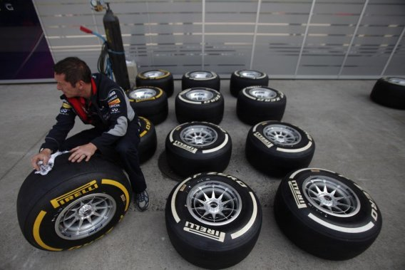 Inspection de pneus Pirelli au Grand Prix de Chine.