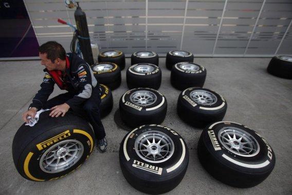 Inspection de pneus Pirelli au Grand Prix de Chine.