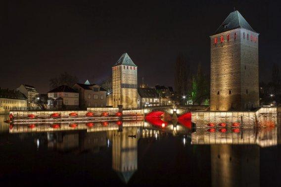 Jeux de lumières nocturnes sur les canaux, dans le quartier Petite France. (PHOTO PHILIPPE HALLÉ, PHOTOS.COM)