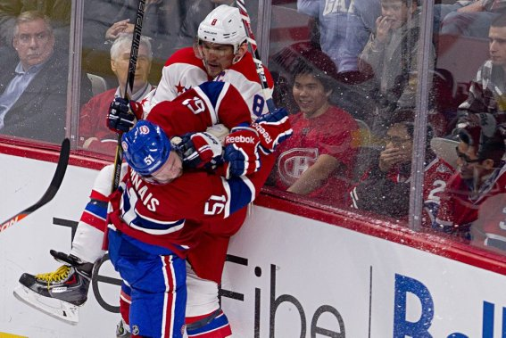 David Desharnais (51) plaque Alex Ovechkin (8). (PHOTO DAVID BOILY, LA PRESSE)