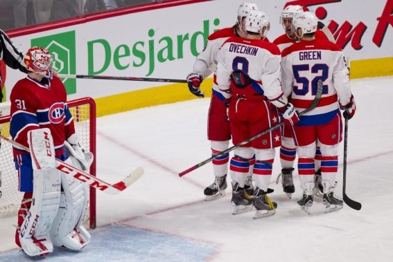 Nicklas Backstrom (19) est félicité par ses coéquipiers sous le regard de Carey Price (31). (PHOTO DAVID BOILY, LA PRESSE)