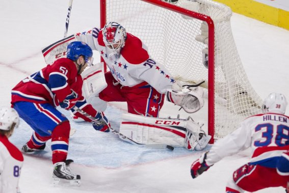 David Desharnais (51) est incapable de déjouer Braden Holtby. (PHOTO DAVID BOILY, LA PRESSE)
