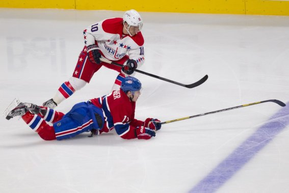 Brendan Gallagher (11) plonge pour enlever la rondelle à Martin Erat (10). (PHOTO DAVID BOILY, LA PRESSE)